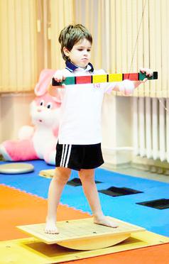 мальчик на балансировочной доске